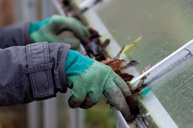 Cleaning greenhouse guttering