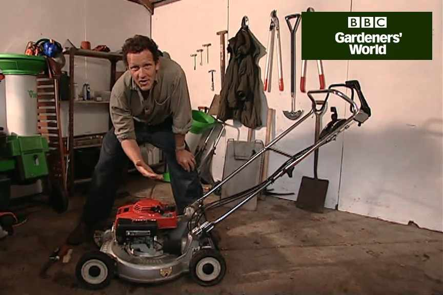 How to maintain a petrol lawn mower
