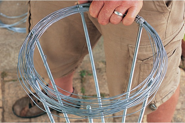 How to make a metal garden obelisk - weaving wire around the rods