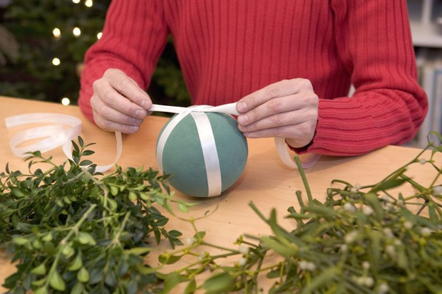 Mistletoe and box Christmas ball - tying ribbon around the sphere