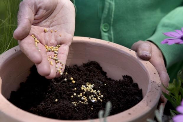 Adding slow-releaser fertiliser
