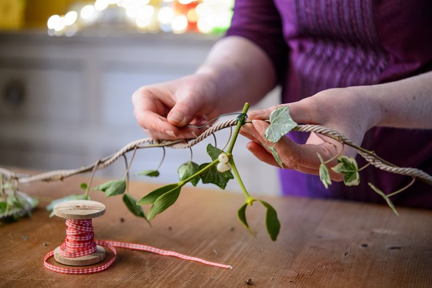 wrap-ivy-around-the-length-of-the-twine-2