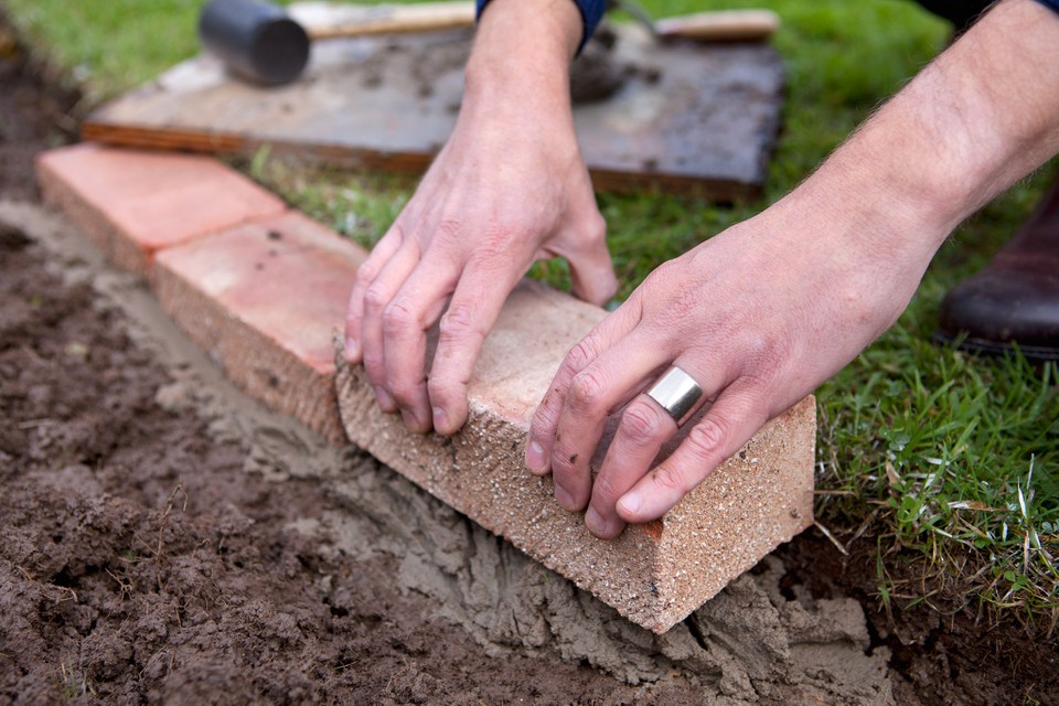 How To Edge A Lawn With Bricks Bbc, How To Lay Brick Pavers Garden Edging