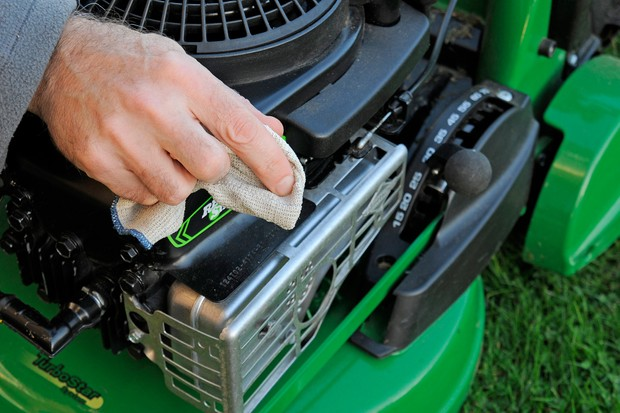 How to maintain your lawn mower - wiping the mower