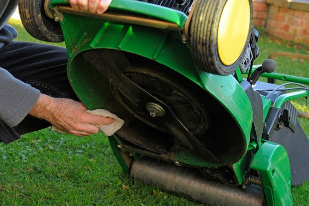 How to maintain your lawn mower - wiping the underside