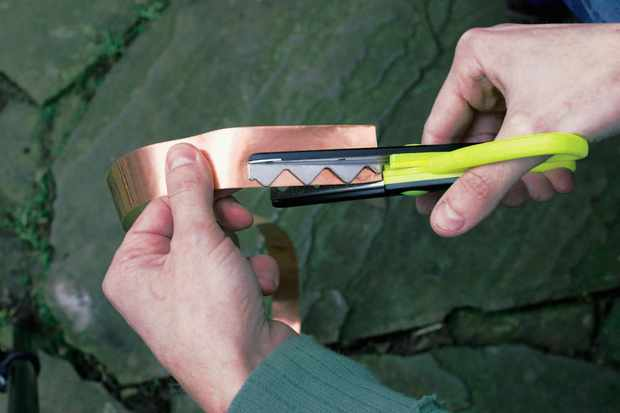 cutting-copper-tape-with-pinking-shears-2