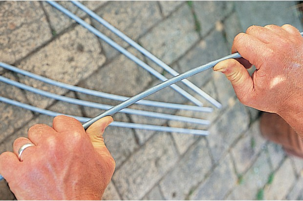 How to make a metal garden obelisk - bending the rods