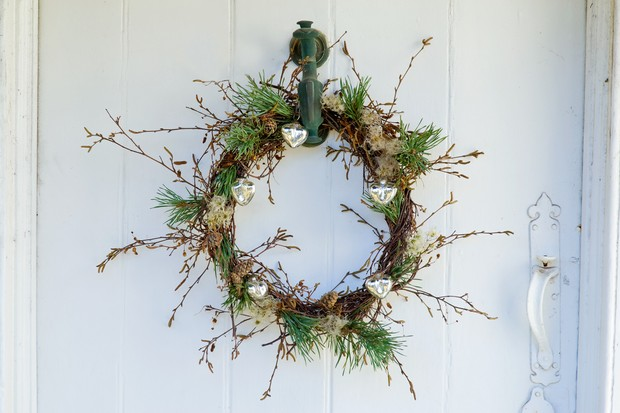 A wreath of birch, pine and old man's beard