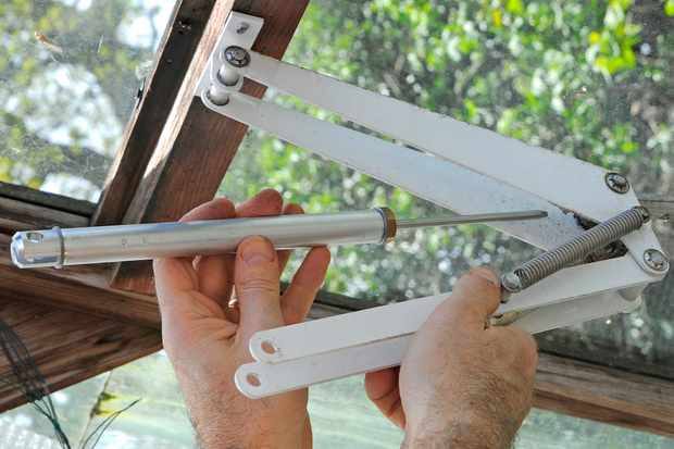 fitting-an-automatic-greenhouse-vent-opener-2