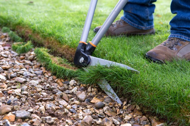 edging-a-lawn-with-lawn-shears-2