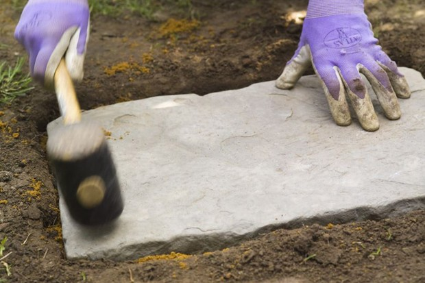 How to lay stepping stones - fixing the stones in place