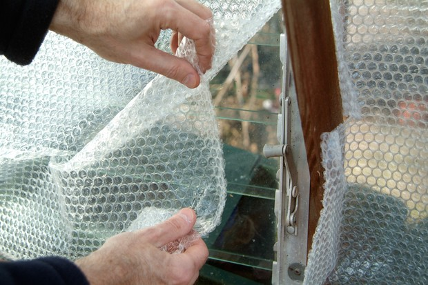 insulating-the-greenhouse-with-bubblewrap-3