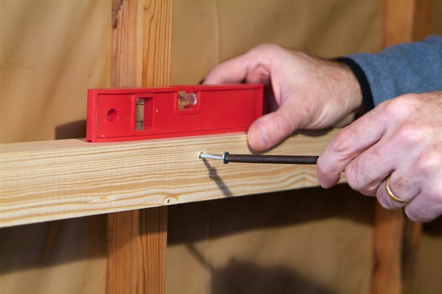 How to make a garden shed tool rack - using a spirit level