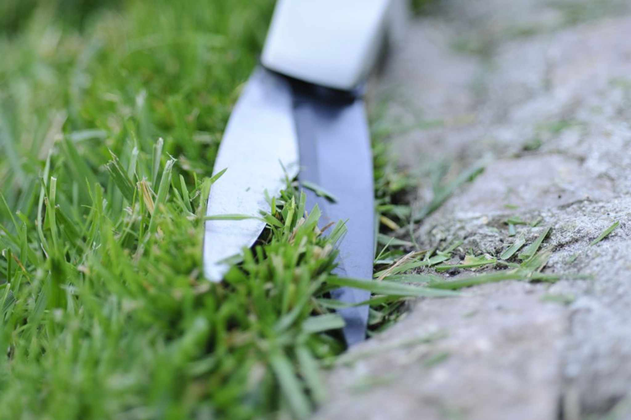 How to cut clean lawn edges