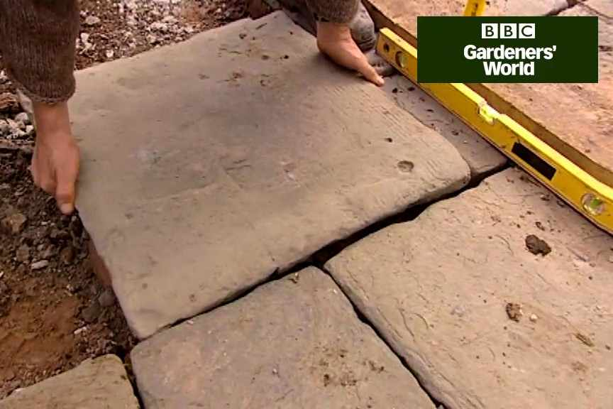 How to lay garden paving