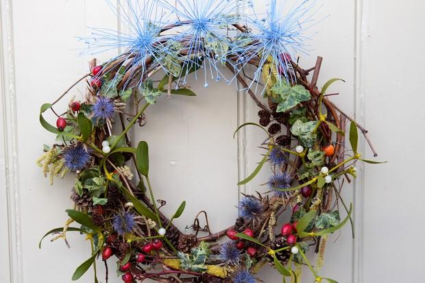 mistletoe-and-eryngium-wreath-2
