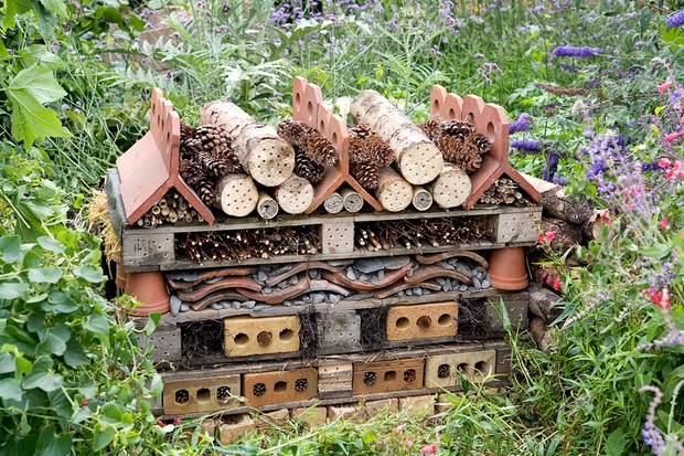 pallets-and-roof-tiles-bee-and-bug-hotel