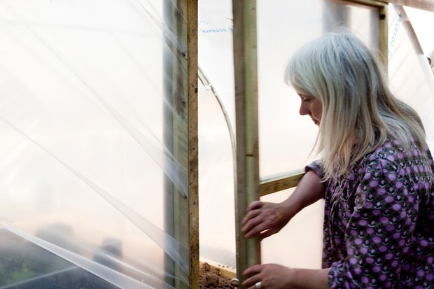 How to build a polytunnel - fixing the door