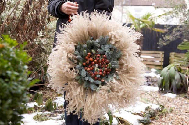 A wreath featuring fluffy miscanthus flower-heads