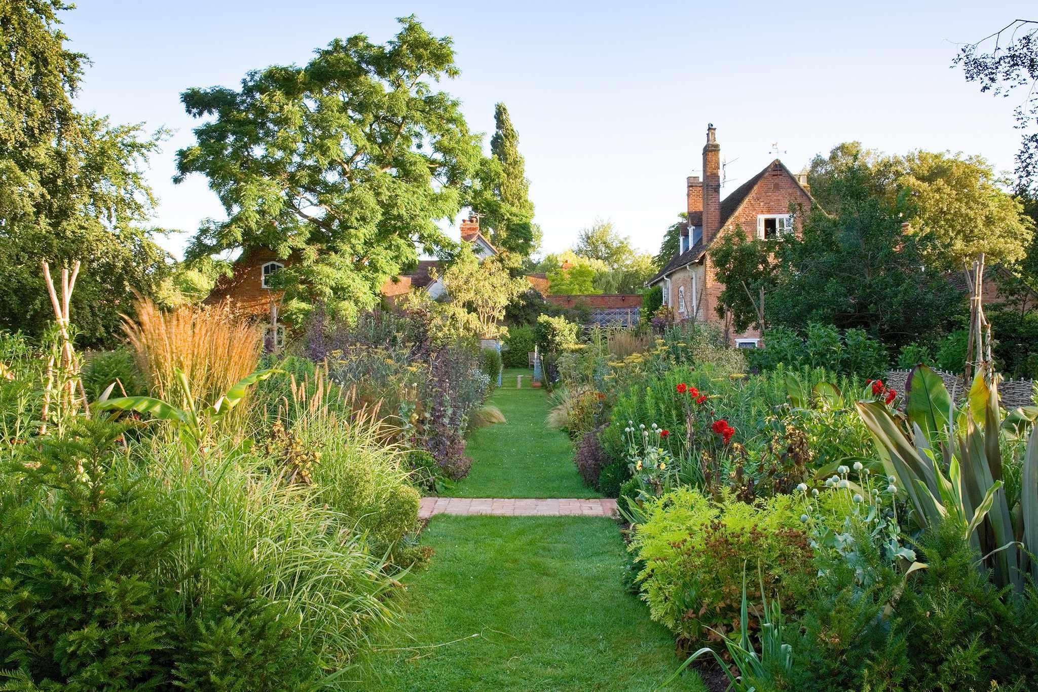 2048x1365-Country-garden-style-planting-LI612481