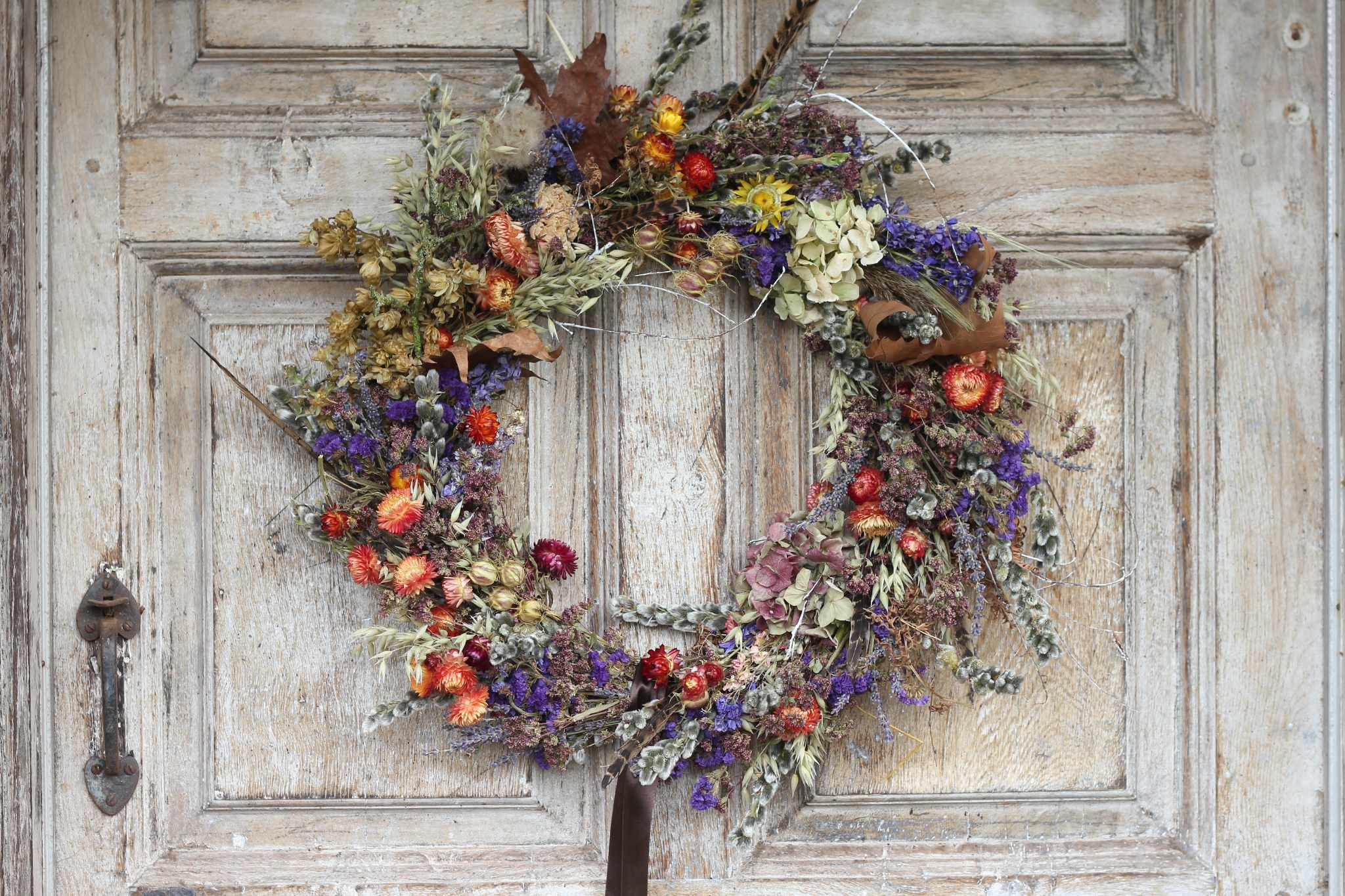 wiggly-wigglers-dried-flowers-wreath-2048-1365