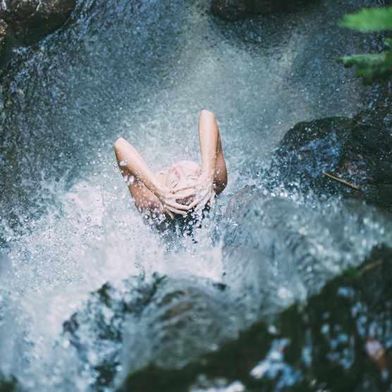 Femme, douche, cascade