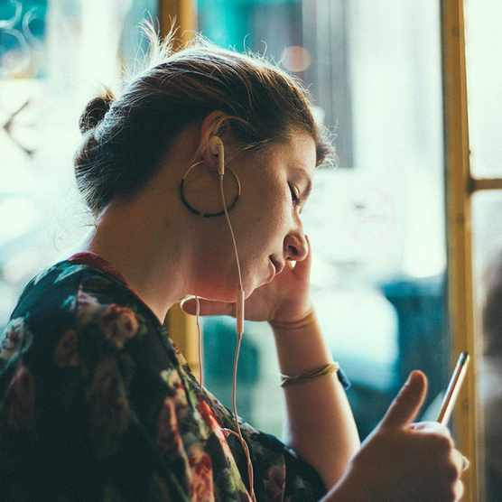 woman-headphones-siddharth-bhogra-143322-unsplash