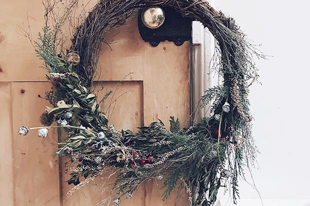 How to make a winter wreath for your door from scratch