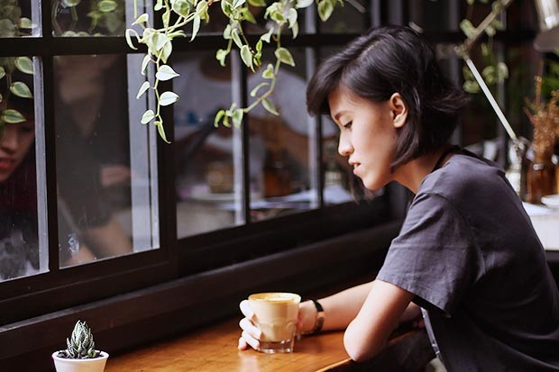 A thoughtful woman sitting in a cafe