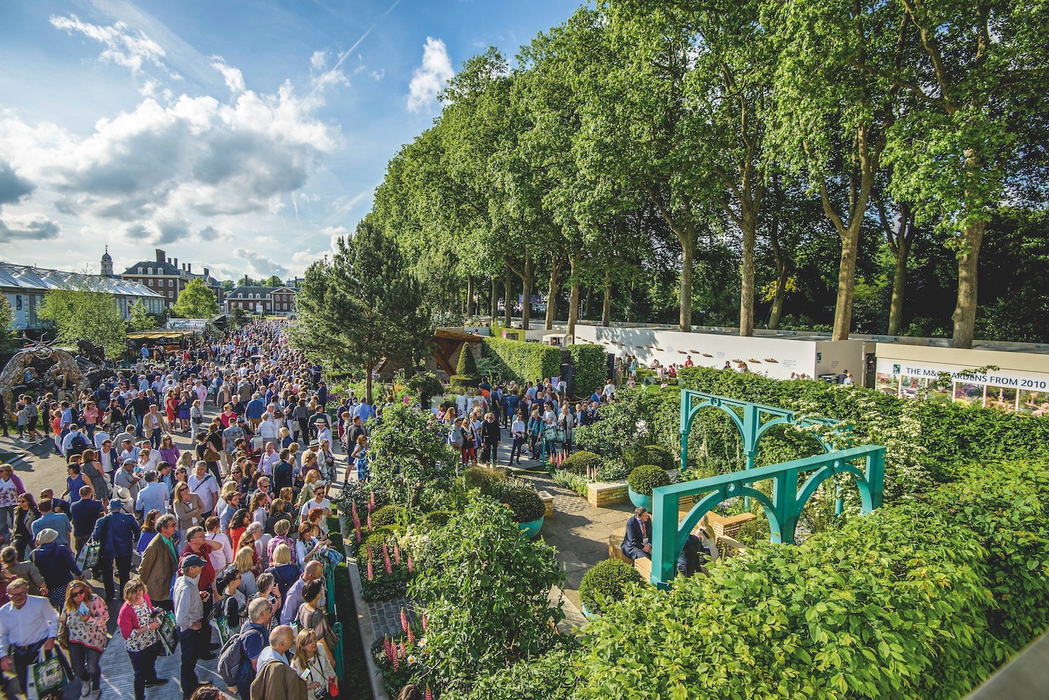 Crowds flock along Main Avenue at RHS Chelsea Flower Show 2017 and view the 500 Years of Covent Garden: The Sir Simon Milton Foundation Garden.