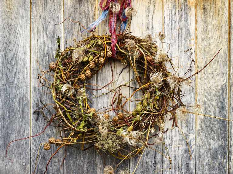 How to make a Christmas wreath using natural materials