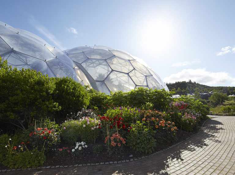 25 gardens to visit with public transport