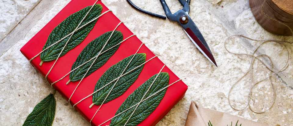 Making Christmas wrapping paper with natural materials