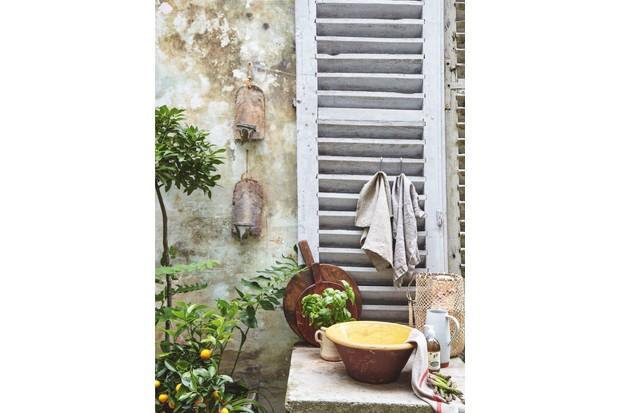 An outdoor kitchen featuring a glazed Terracotta bowl