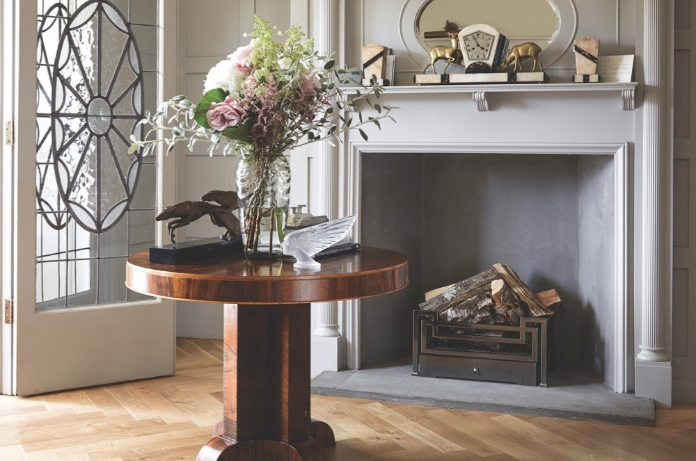 A moody grey decor that lets a walnut table and marble details stand out