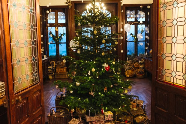 A large decorated Christmas tree at the Chateau de la Motte Husson
