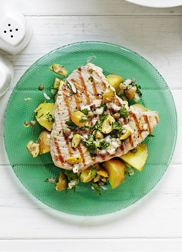 Griddled tuna with olive and parsley salad