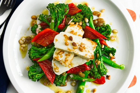 Broccoli salad with peppers, pine nuts and halloumi