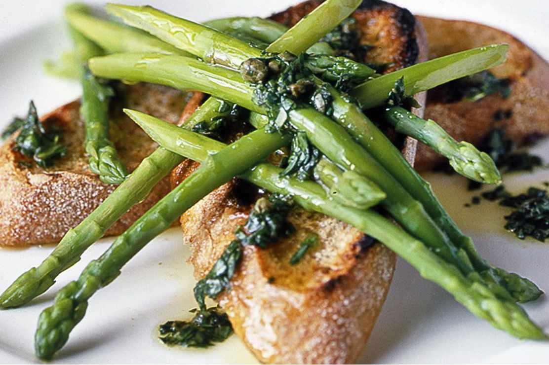 asparagus com salsa verde de estragão