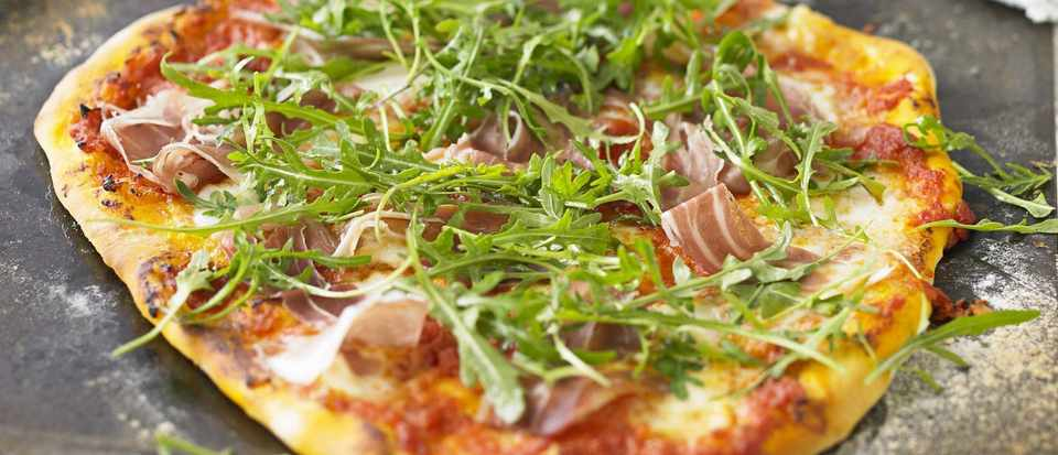 Pizza with prosciutto and rocket