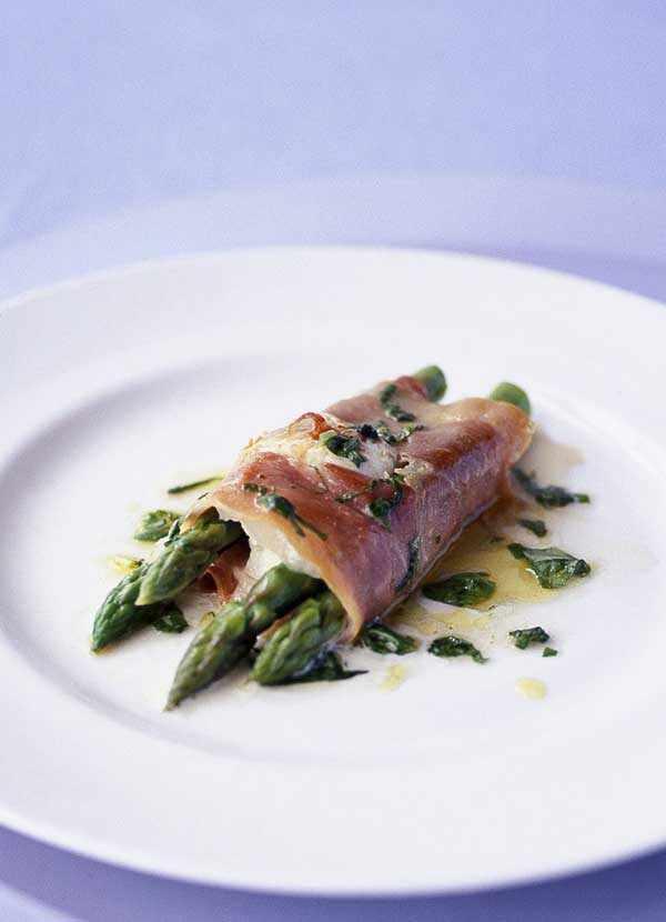 Asparagus, mozzarella and prosciutto parcels