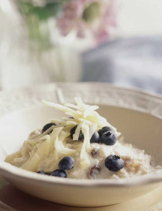 Muesli with apple and blueberries
