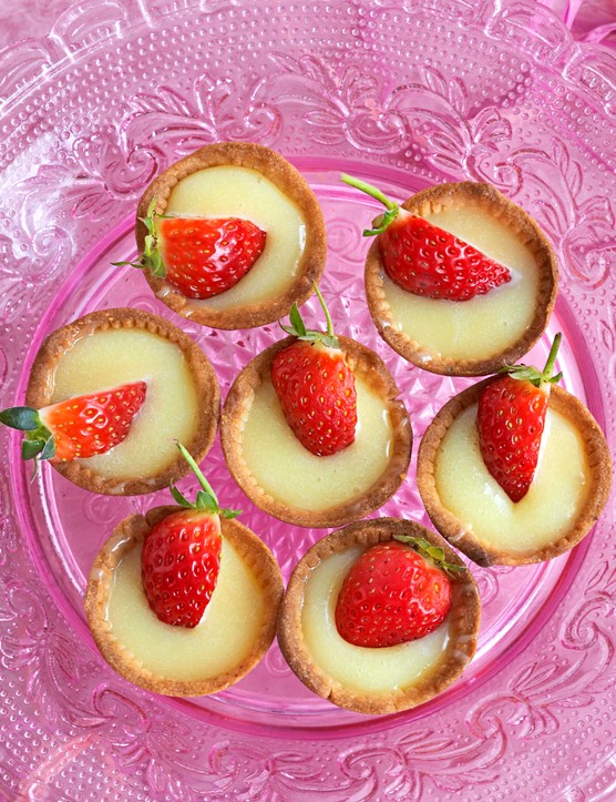 Hazelnut Tartlets Recipe with White Chocolate and Strawberries