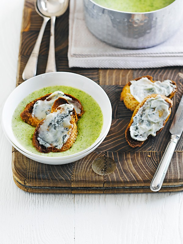 Broccoli soup with blue cheese croutons