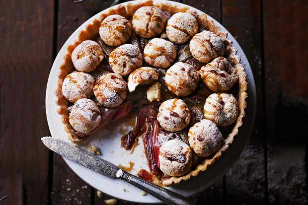 Rhubarb and amaretti pie