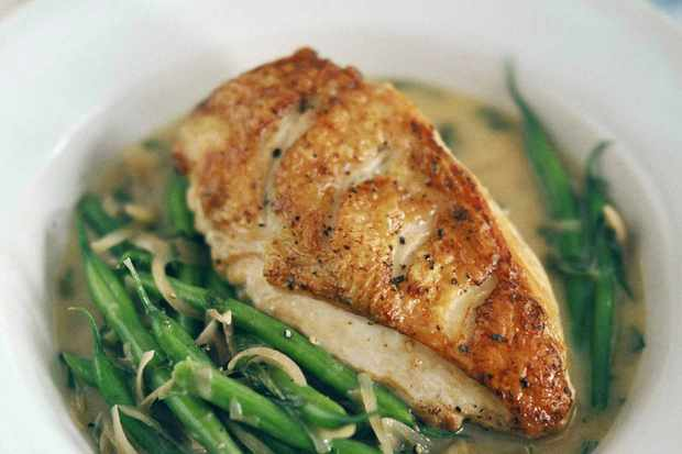 Chicken with wine, tarragon and green beans