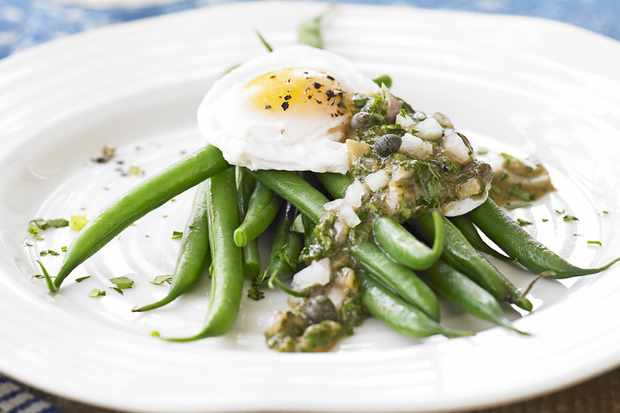 Poached egg on green beans