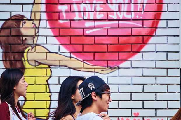 Young Koreans beneath graffiti heart