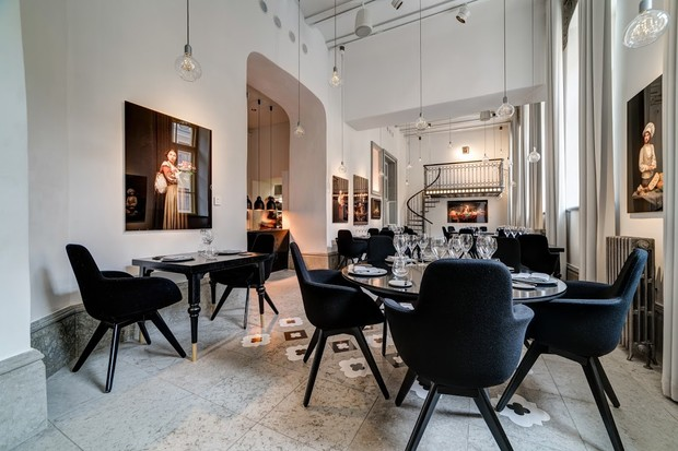 white room filled with table and black chairs, bright and modern interiors