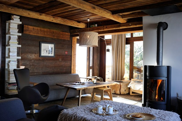 Cosy chalet with wooden walls and a fire at Milk Hotel